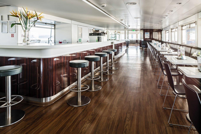 wineo Bodenbelag im Schiff moderne Einrichtung Fußboden Essbereich Tresen