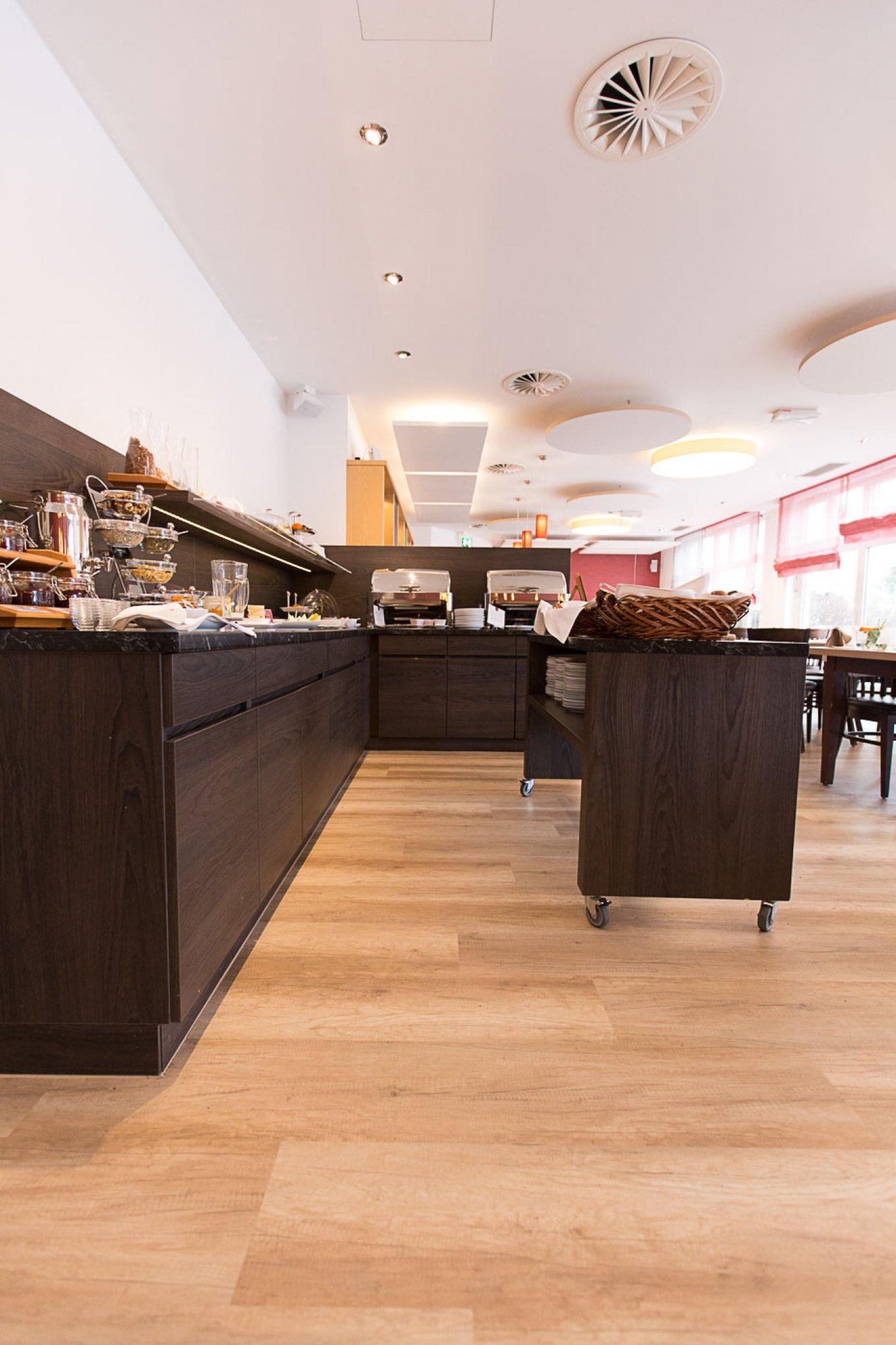 wineo Bodenbelag im Hotel Essbereich Restaurant rustikal Holzoptik Buffet