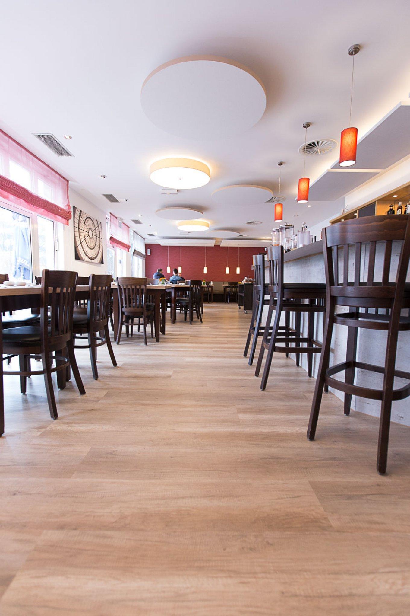 wineo Bodenbelag im Hotel Essbereich Restaurant rustikal Holzoptik Stühle Tische