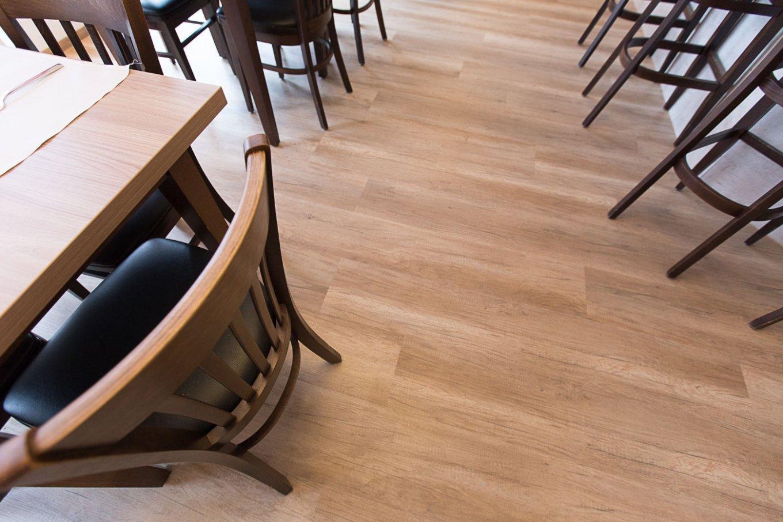 wineo Bodenbelag im Hotel Essbereich Restaurant rustikal Holzoptik Stuhl