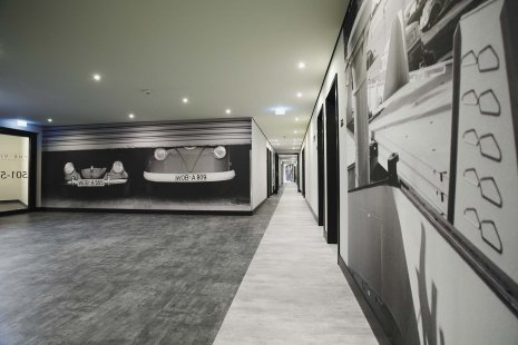 wineo Purline Bioboden schwarz weiß modern Flur Wandgstaltung Auto Hotel