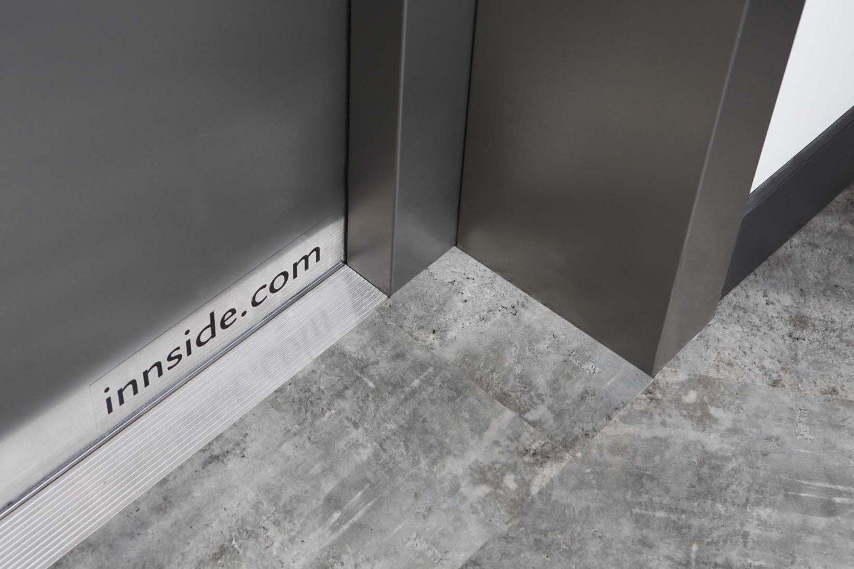wineo Purline Bioboden Rollenware schwarz Fahrstuhl Hotel