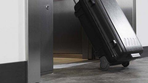wineo Purline Bioboden Rollenware dunkel modern Fahrstuhl Koffer Hotel