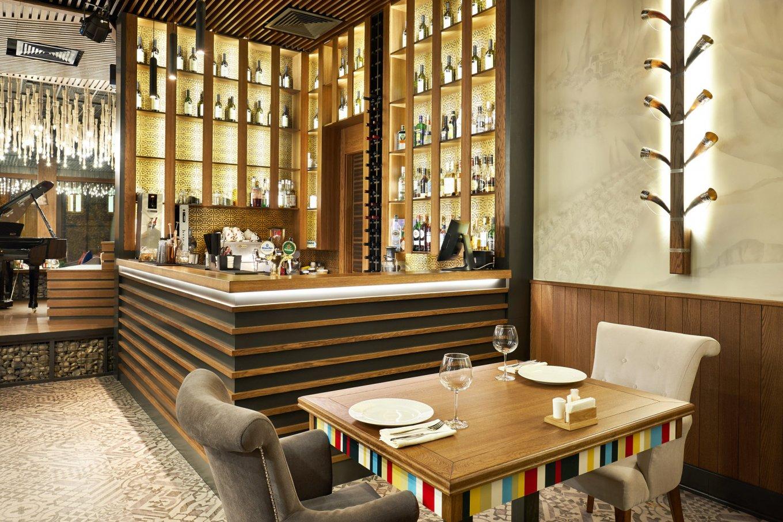 wineo Designboden Restaurant Holzmöbel Bar gemütlich Kultur
