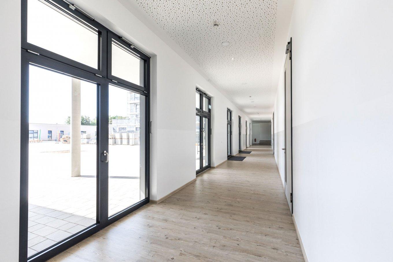 wineo PURLINE Bioboden Holzoptik hell Schule Flur