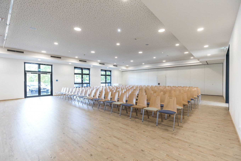 wineo PURLINE Bioboden Schule Aula Besprechungsraum Stühle
