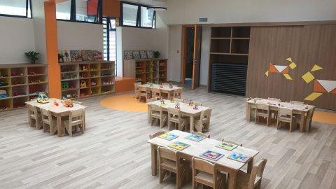 wineo Bodenbelag Kindergarten Holzoptik Stühle Tische