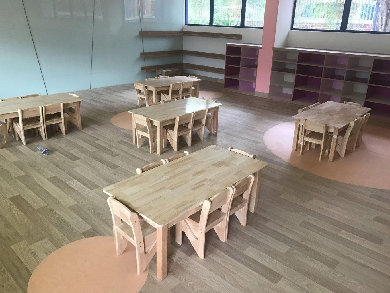 wineo Bodenbelag Holzoptik Kindergarten Tische Stühle
