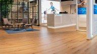wineo Purline Bioboden Holzoptik Empfang Showroom Wartebereich