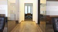 wineo Purline Bioboden Holzoptik Glaswände hell Sitzmöbel