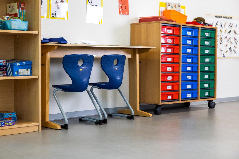 wineo PURLINE Bioboden Schule Klassenzimmer Stuhl hell