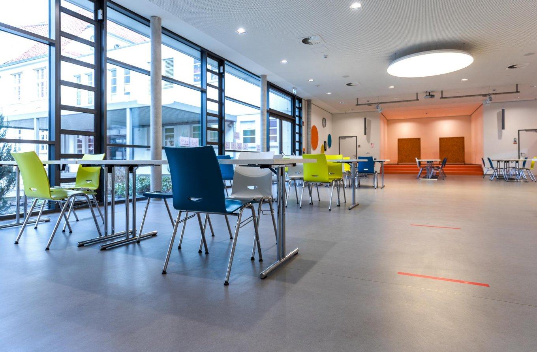 wineo PURLINE Bioboden Schule Aula moderne Einrichtung