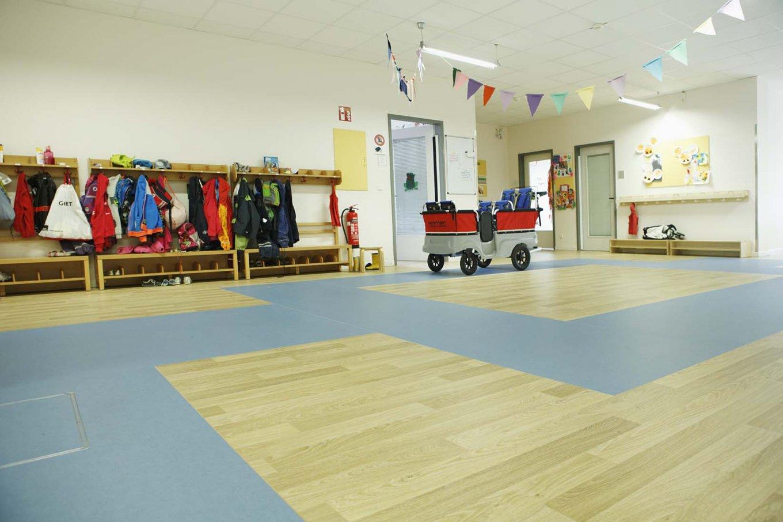 wineo PURLINE Bioboden dunkel Schule Klassenzimmer Kindergarten Flur moderne Einrichtung