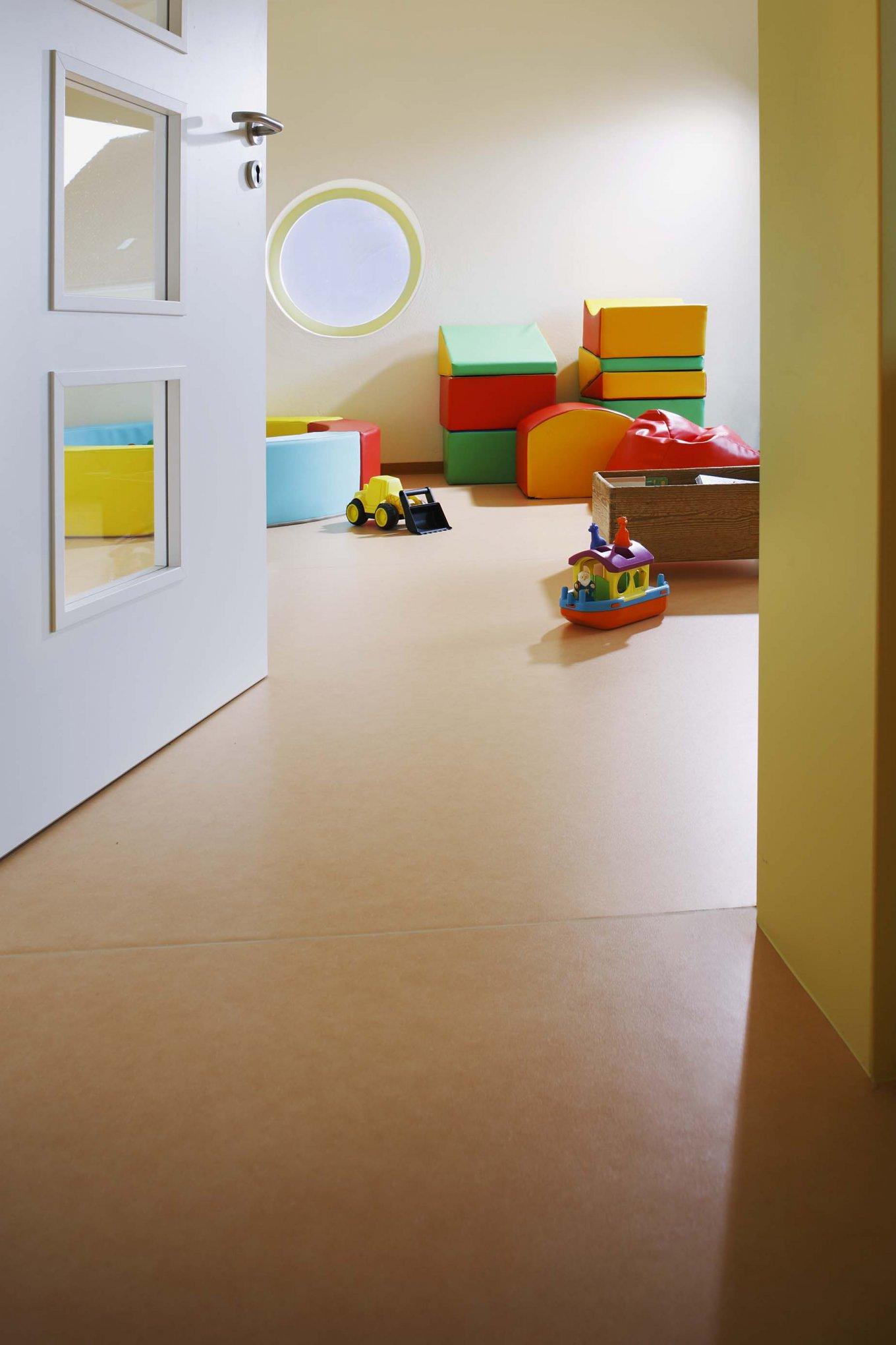 PURLINE Bioboden Sinai Sand im Kindergarten Kita Spielzimmer Spielzeug Rollenware Orange