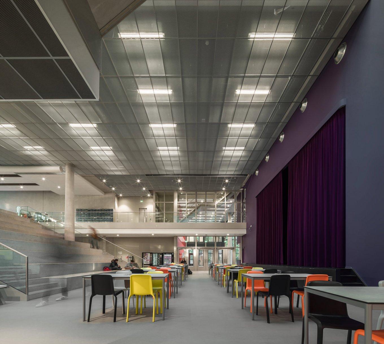 wineo Purline Bioboden Rollenware Foyer groß Tische Stühle bunt