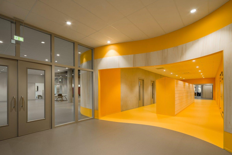 wineo Purline Bioboden Foyer groß orange Türen