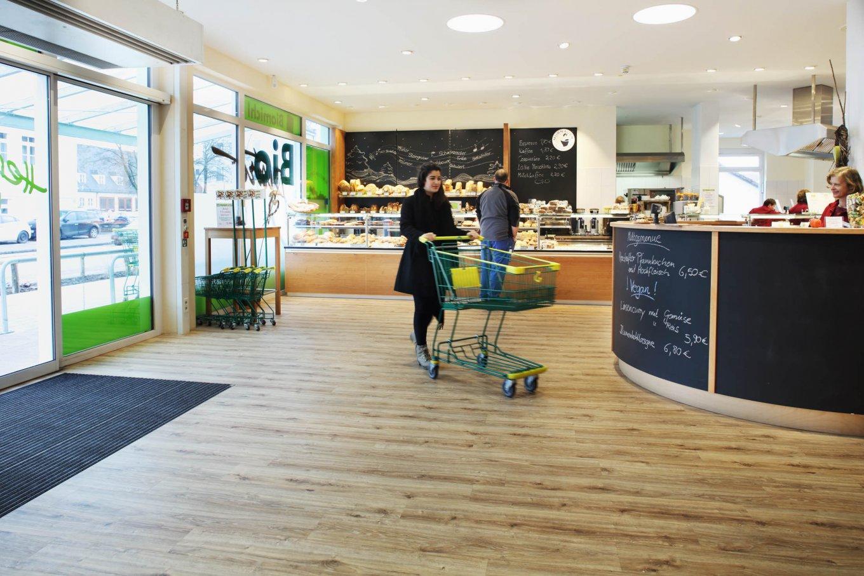 wineo Purline Bioboden Holzoptik Eingang Theke Bioladen