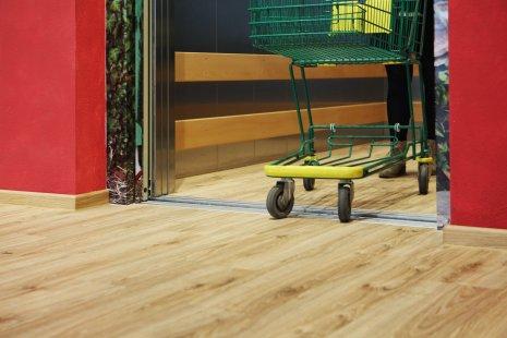 wineo Purline Bioboden Holzoptik Einkaufswagen Fahrstuhl rot barrierefrei Bioladen