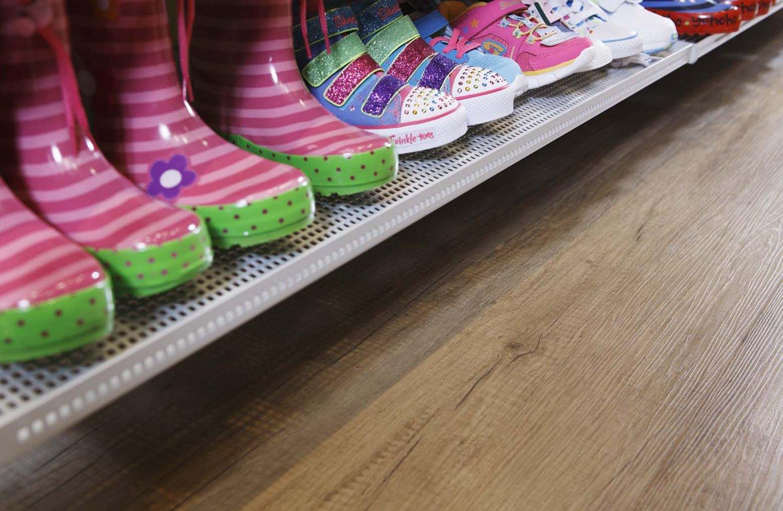 wineo Bodenbelag hell Holzoptik Schuhgeschäft Regal Kinderschuhe