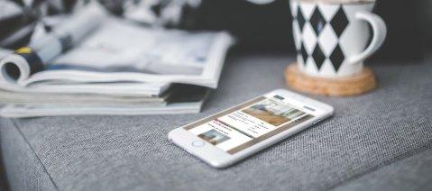 Smartphone Handy Sofa Tasse Zeitschrift Webseite