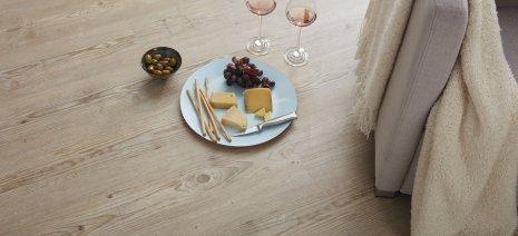 wineo Purline Bioboden Teller Essen Sofa gemütlich