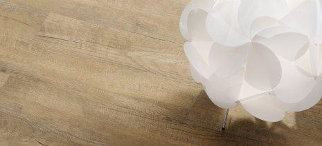 wineo Designboden Holzoptik dunkel Lampe